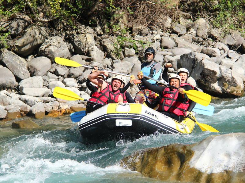 Amis heureux en rafting sur l'Ubaye