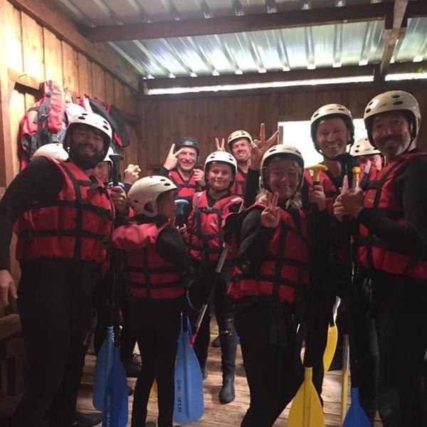 Des amis sur la base de loisir avant un départ en rafting sur l'Ubaye