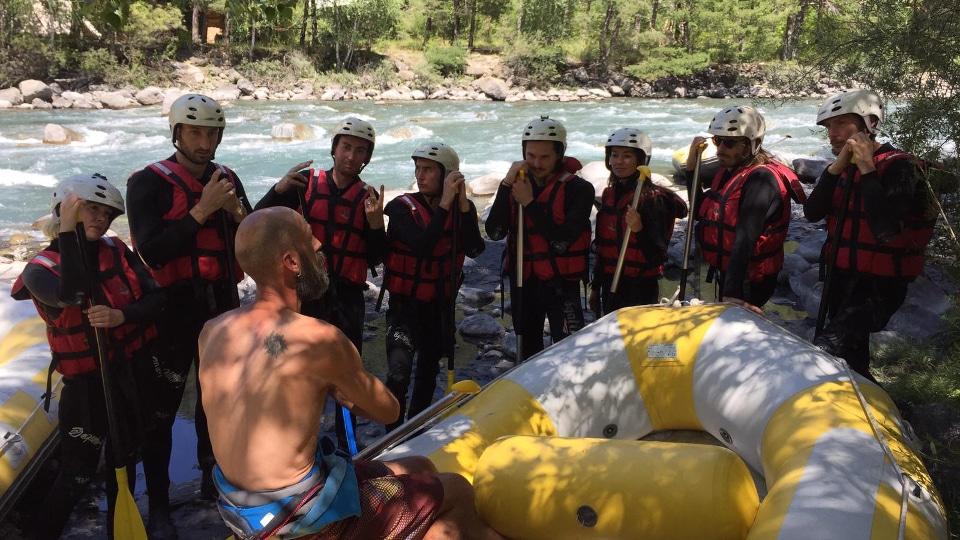 Greg lors du briefing avant un départ en rafting sur l'Ubaye.