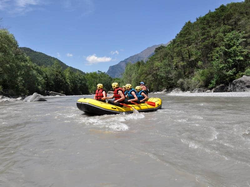Ciel bleu et rafting sur l'Ubaye en pleine nature