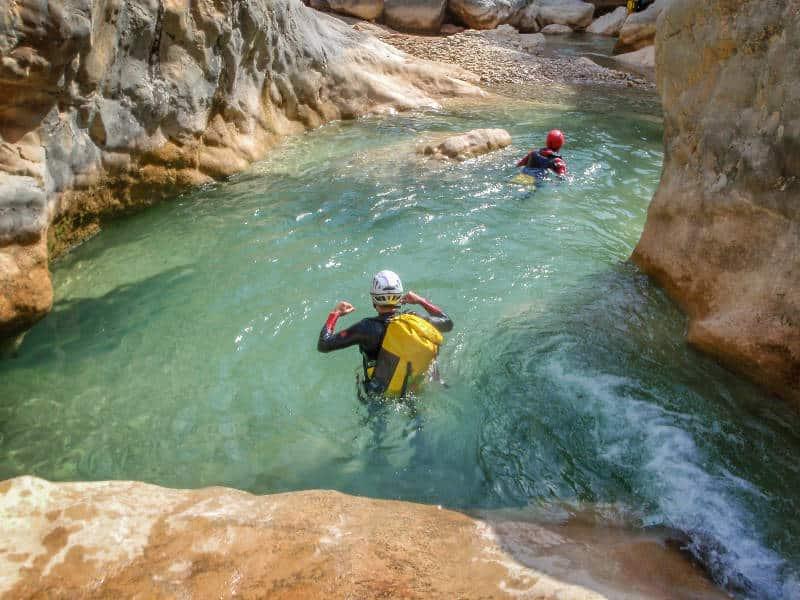Descente d'un toboggan naturel lors d'une séance de canyoning en Ubaye